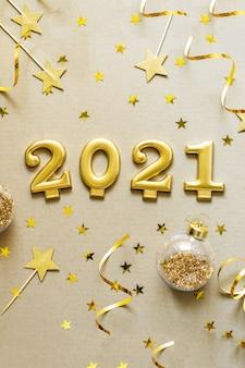 Bonne année 2021. fond de noël avec décorations dorées, boules, confettis. célébration de vacances de noël, hiver, concept de nouvel an.