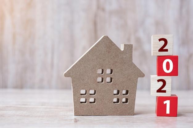 Bonne année 2021 avec modèle de maison sur table