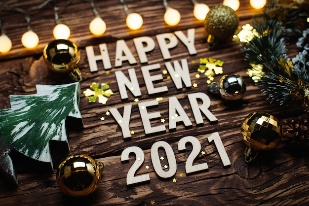 Bonne année 2021. symbole du numéro 2021 sur fond de bois