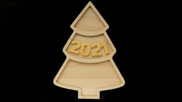 Bonne année avec un arbre de noël en bois