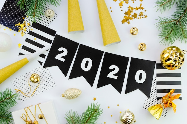 Bonne année avec chiffres 2020 et guirlande noire