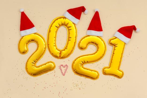 Bonne année chiffres d'or 2021 numéros avec chapeau de noël