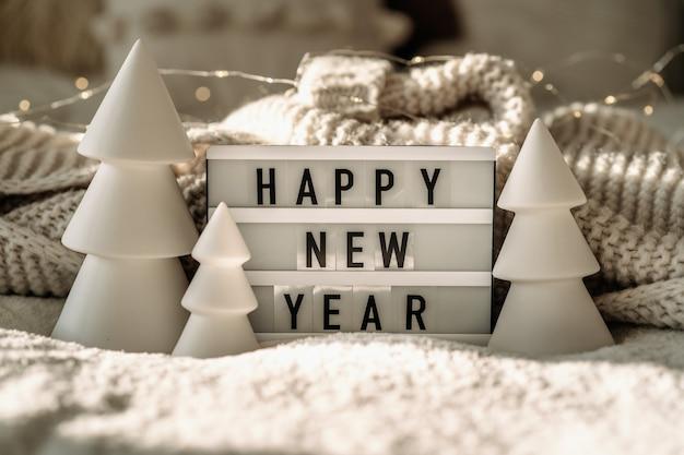 Bonne année. fond de noël avec sapin et décorations de noël. concept de nouvel an.