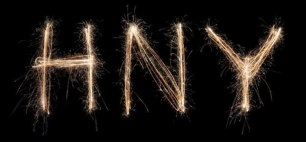 Bonne année sparkler light dessiné en lettres la nuit pour fêter des vacances spéciales
