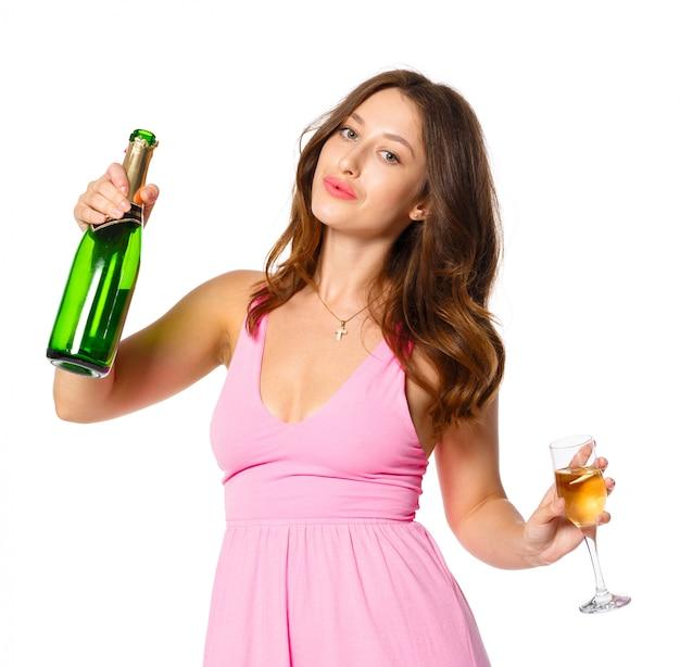 Bonne année à toi. une jeune et belle femme qui danse avec une coupe de champagne