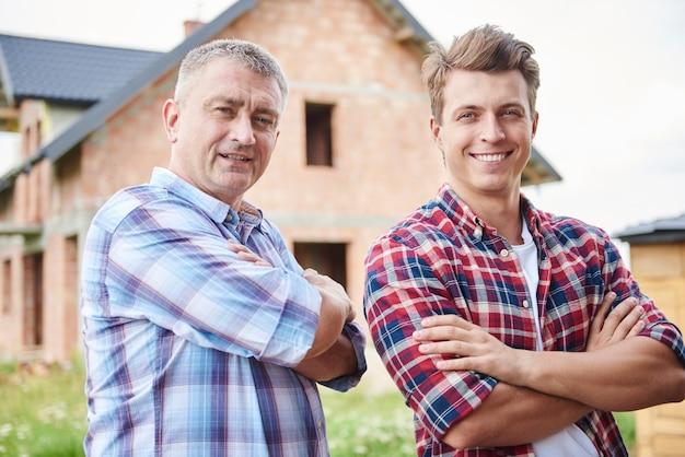 Bonne collaboration de deux ouvriers charpentiers