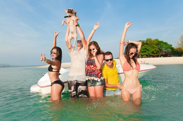 Bonne compagnie d'amis en vacances tropicales d'été en thaïlande voyageant en bateau en mer, fête sur la plage, gens s'amusant ensemble, hommes et femmes émotions positives
