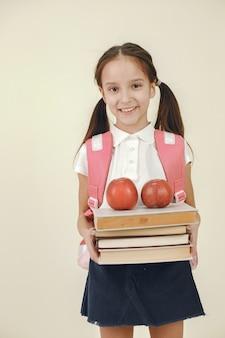 Bonne écolière. concept d'apprentissage et de temps scolaire.