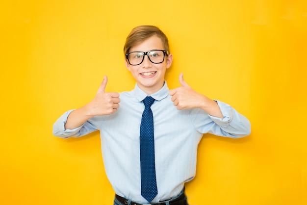 Bonne éducation et concepts de l'enfance avec un adorable garçon adolescent tenant une couronne de roi d'or