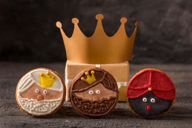 Bonne épiphanie savoureux biscuits et couronne en or