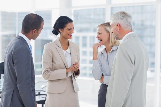 Bonne équipe d'affaires en train de bavarder et de rire