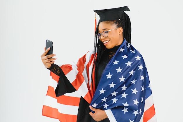 Bonne étudiante avec fond de drapeau usa. étudier aux états-unis conceptuel
