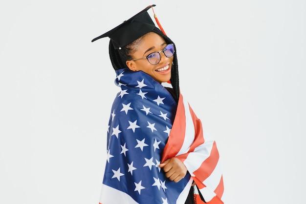 Bonne étudiante avec mur de drapeau usa. étudier aux états-unis conceptuel