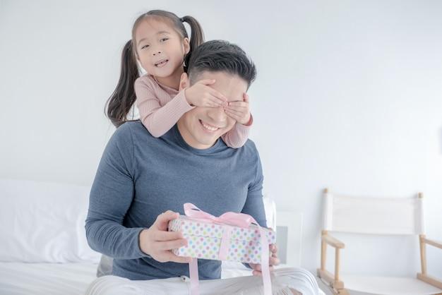 Bonne famille aimante et fête des pères.