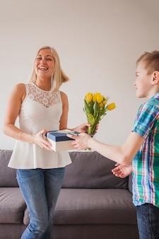 Bonne femme recevant un cadeau de jour de mère