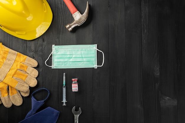 Bonne fête du travail pendant l'éclatement du coronavirus plusieurs outils de travail du constructeur matériel manuel
