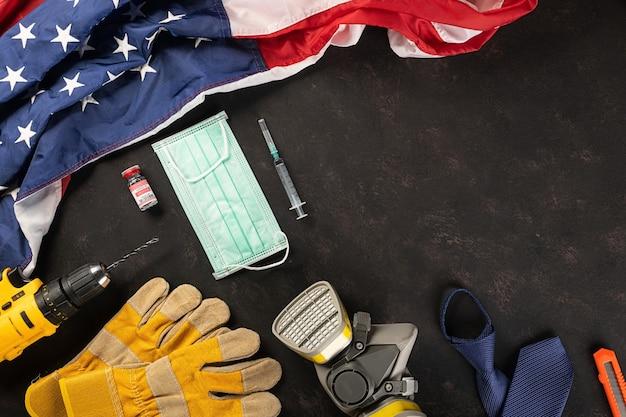 Bonne fête du travail plusieurs outils de travail de constructeur masque médical protecteur et drapeau américain