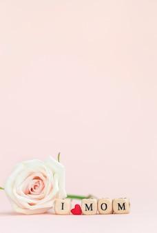 Bonne fête des mères. belle fleur rose avec texte j'aime maman sur fond rose. carte de voeux pour le concept de vacances.