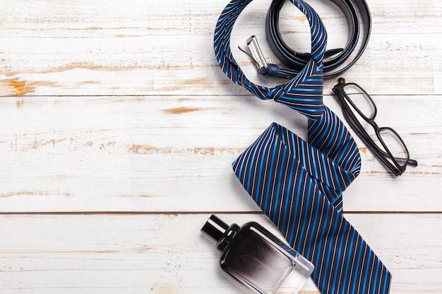 Bonne fête des pères, cravate sur la table en bois