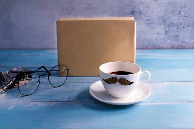 Bonne fête des pères, une tasse de café avec une boîte cadeau