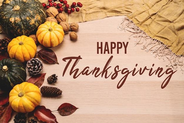 Bonne fête de thanksgiving sur fond en bois