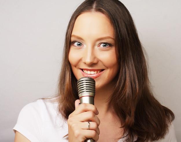 Bonne fille chantante.