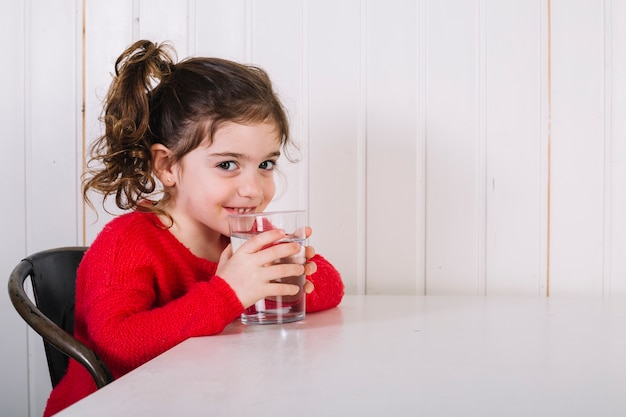 Bonne fille l'eau potable