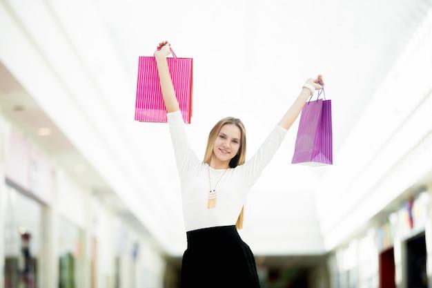 Bonne fille avec des sacs d'achat