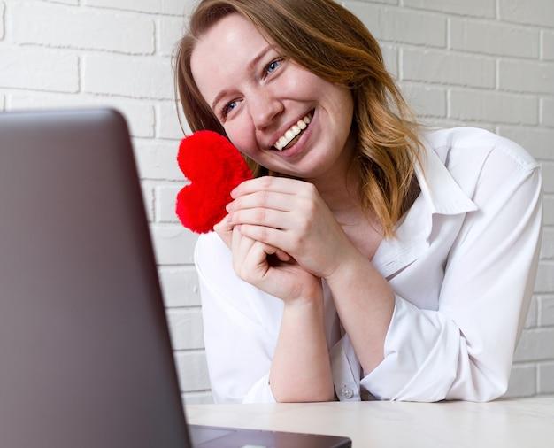 Bonne fille souriante communique sur les sites de rencontres, mode de vie. concept de relations en ligne, communication à distance