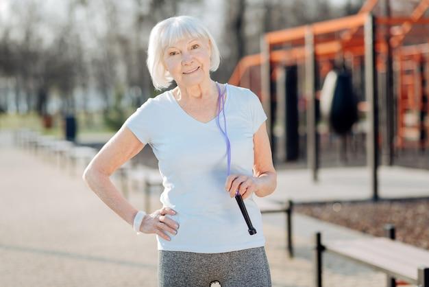 Bonne forme. femme mince inspirée de détente tout en faisant de l'exercice en plein air