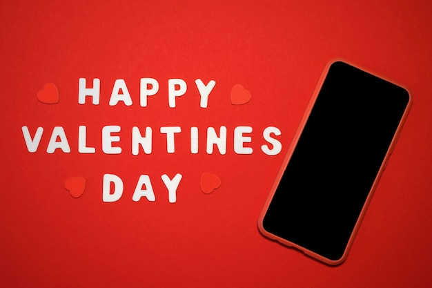 Bonne formulation de la saint-valentin avec coeurs et smartphone avec écran blanc.
