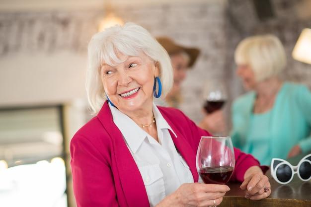 Bonne humeur. dames blondes seniors célébrant leur anniversaire et se sentant incroyables