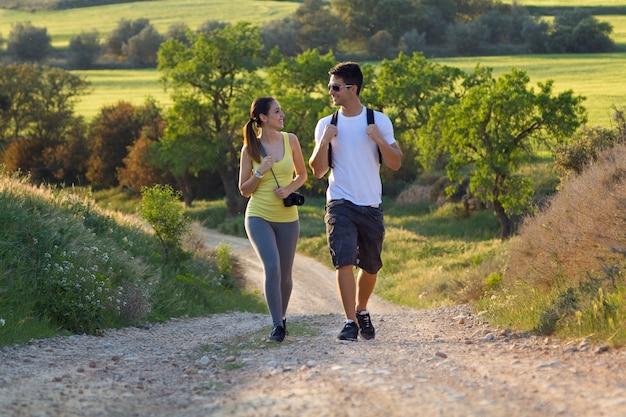 Bonne jeune couple sur le terrain au printemps