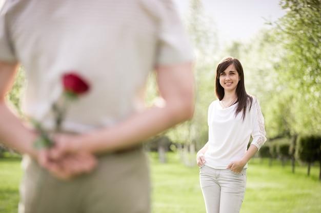 Bonne jeune femme regardant son petit ami