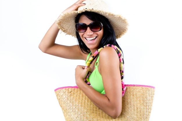 Bonne jeune fille avec un chapeau et un bikini vert