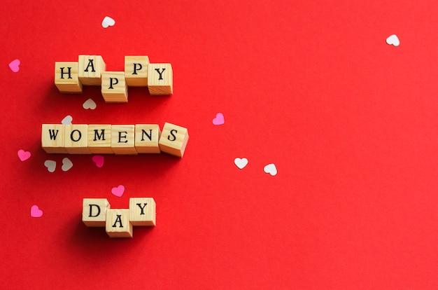 Bonne journée des femmes de cubes en bois avec des lettres et des coeurs