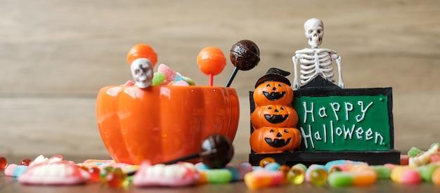 Bonne journée d'halloween avec des bonbons fantômes, un bol de citrouille, une lanterne jack o et une décoration (mise au point sélective). truc ou menace, bonjour octobre, automne automne, concept festif, fête et vacances
