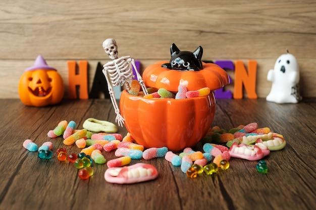 Bonne journée d'halloween avec des bonbons fantômes, des bougies, des citrouilles, des lanternes jack o et des objets décoratifs (mise au point sélective). truc ou menace, bonjour octobre, automne automne, concept festif, fête et vacances