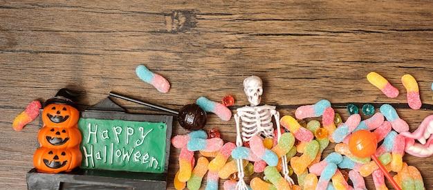 Bonne journée d'halloween avec des bonbons fantômes, de la citrouille, un bol et des décorations. truc ou menace, bonjour octobre, automne automne, concept festif, fête et vacances