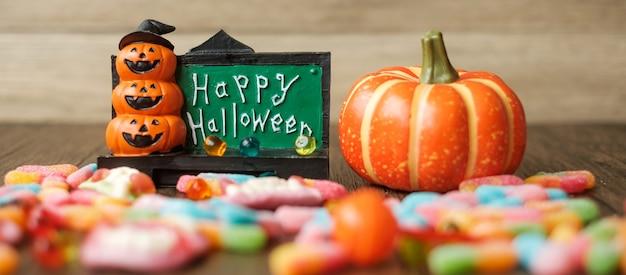 Bonne journée d'halloween avec des bonbons fantômes, de la citrouille, de la lanterne jack o et de la décoration (mise au point sélective). truc ou menace, bonjour octobre, automne automne, concept festif, fête et vacances