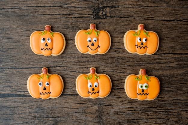 Bonne journée d'halloween avec des cookies drôles sur fond de table en bois. truc ou menace, bonjour octobre, automne automne, concept festif, fête et vacances