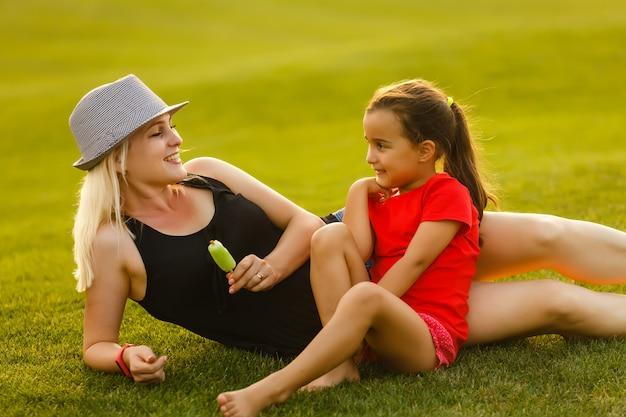 Bonne maman et sa fille.
