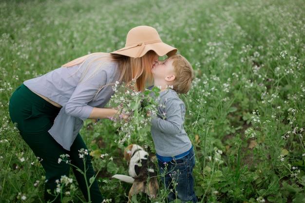 Bonne maman et son fils jouent dans le parc au printemps.