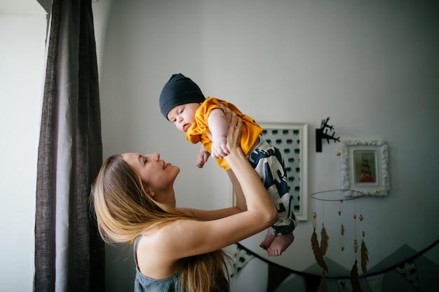 Bonne maman avec son nouveau-né