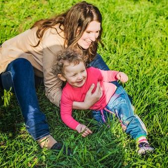 Bonne mère joue avec son fils dans le parc