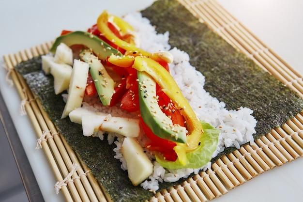 Bonne nourriture bons sentiments gros plan d'ingrédients de sushi sur un tapis de bambou