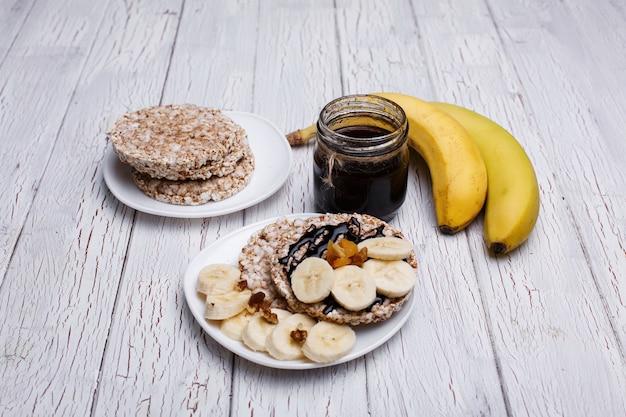 Bonne nutrition. biscuits de riz avec du miel, des noix et des bananes