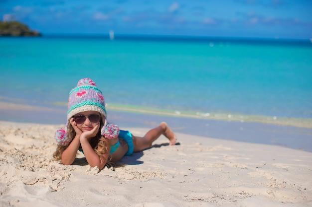 Bonne petite fille adorable en vacances d'été à la plage