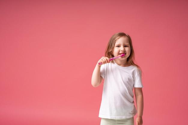 Bonne petite fille appréciant se brosser les dents