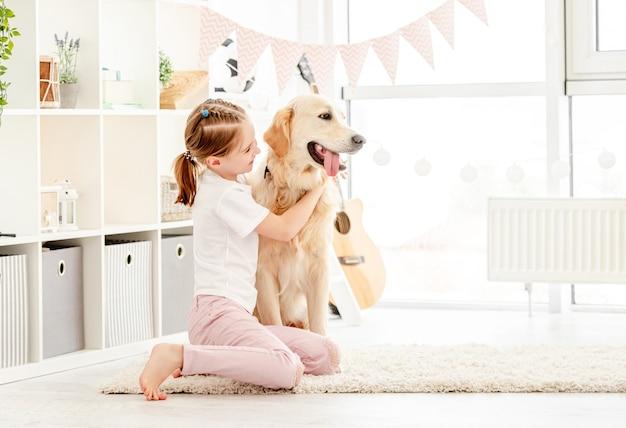 Bonne petite fille câlins beau chien